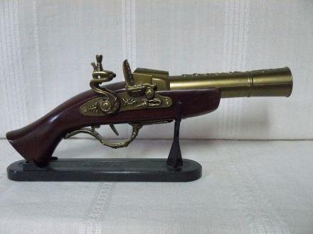 Сувенирен пистолет с поставка